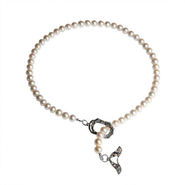 Baltų perlų vėrinys su paukščio užsegimu